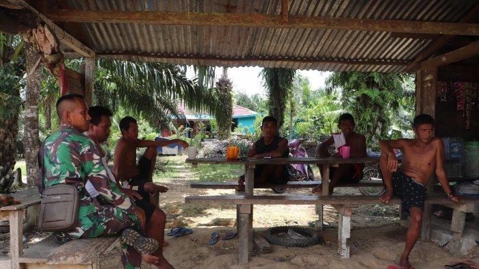 Komsos Menjadi Kunci Satgas TMMD Kodim Sanggau Bangun Keakraban Bersama Warga Desa