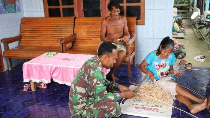 Disela Tugas, Satgas TMMD Kodim Sanggau Bantu Warga Dusun Jonti Membuat Anyaman