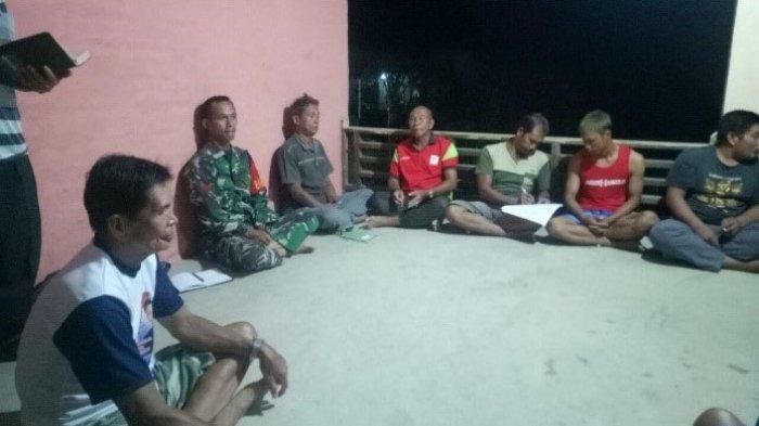 Anggota Satgas TMMD Kodim Sanggau Jalin Silaturahmi di Lokasi TMMD