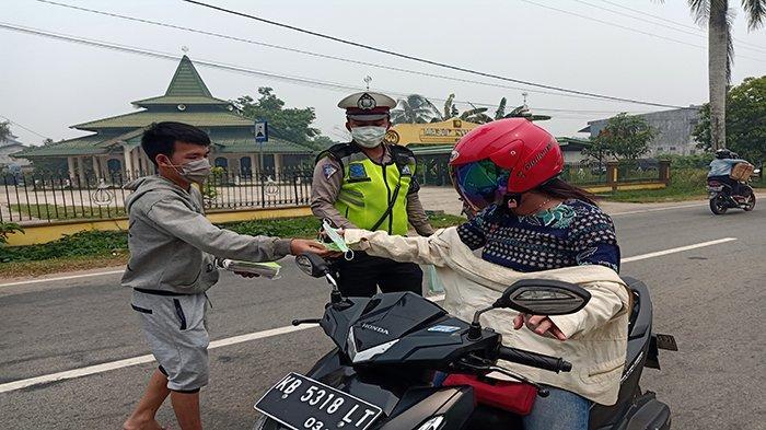 Bagikan Masker Untuk Pengguna Jalan, Kanit Laka Imbau Hati-hati Polusi Asap