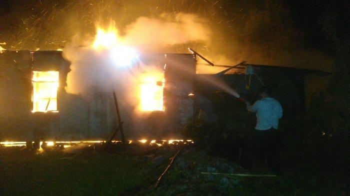 Kebakaran Rumah di Dusun Bilado Desa Kepayang, Personel Polsek Anjongan Berjibaku Padamkan Api