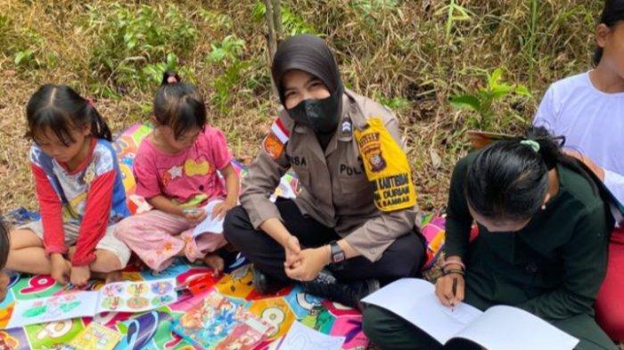 Polisi Sahabat Anak, Bhabinkamtibmas Polsek Sambas Annisa Sambangi Anak-anak di Desa Binaan
