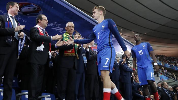 [FOTO-FOTO] Ketika Sedih Melanda Para Bintang Sepakbola Prancis - antoine-griezmann-dan-paul-pogba_20160711_161917.jpg