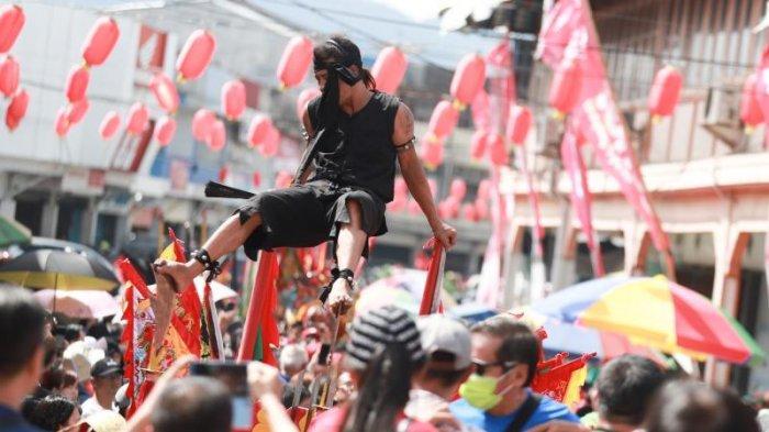 FOTO: Pengunjung Saksikan Atraksi Tatung saat Prosesi Tatung Cuci Jalan - antraksi-tatung-cuci-jalan1.jpg