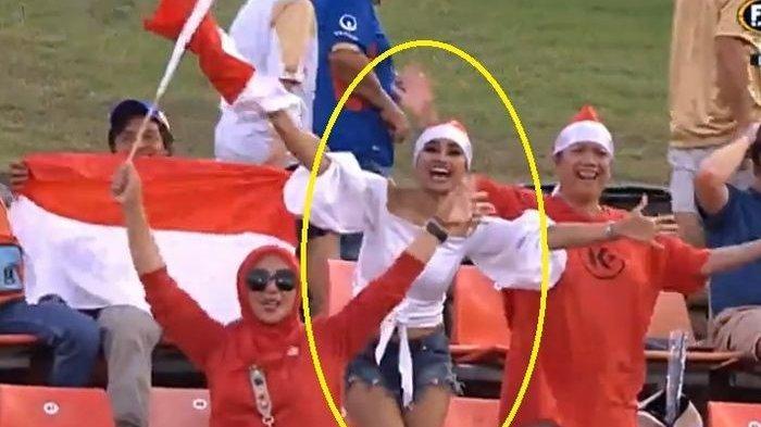 Meski Persija Jakarta Kalah, Sosok Wanita Cantik yang Kibarkan Bendera Merah Putih Curi Perhatian