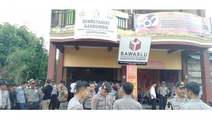 Massa Kembali Datangi Kantor Bawaslu Kabupaten Sambas