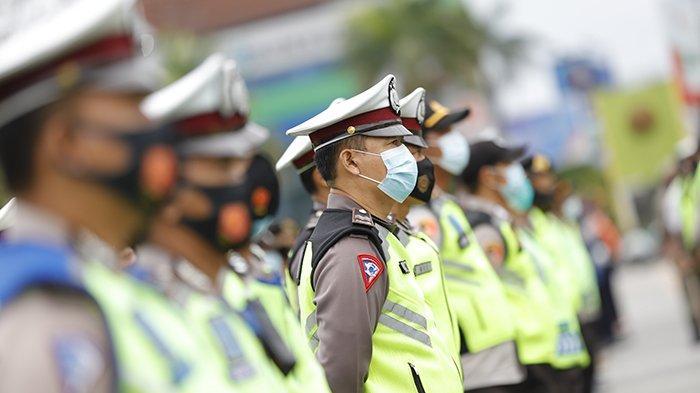 Apel kesiapan pengamanan malam tahun baru yang digelar di Jalan Rahadi Osman, Pontianak, Kalimantan Barat, Kamis 31 Desember 2020. Kapolresta Pontianak Kombes Komarudin mengingatkan akan ada penutupan sejumlah ruas jalan secara situasional.