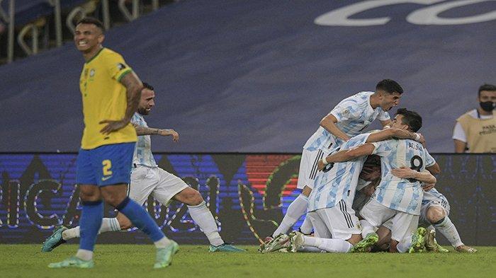 JUARA COPA - Para pemain Argentina merayakan kemenangan setelah memenangkan pertandingan final Copa America Conmebol 2021 melawan Brazil di Stadion Maracana di Rio de Janeiro, Brazil, Minggu 11 Juli 2021 pagi WIB. Argentina menang 1-0.