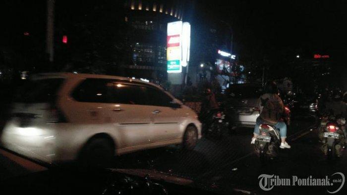 FOTO: Kendaraan Parkir di Badan Jalan untuk Menonton Atraksi Naga di Jalan depan Ayani Megamall - atraksi-naga1.jpg
