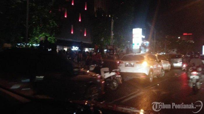 FOTO: Kendaraan Parkir di Badan Jalan untuk Menonton Atraksi Naga di Jalan depan Ayani Megamall - atraksi-naga2.jpg