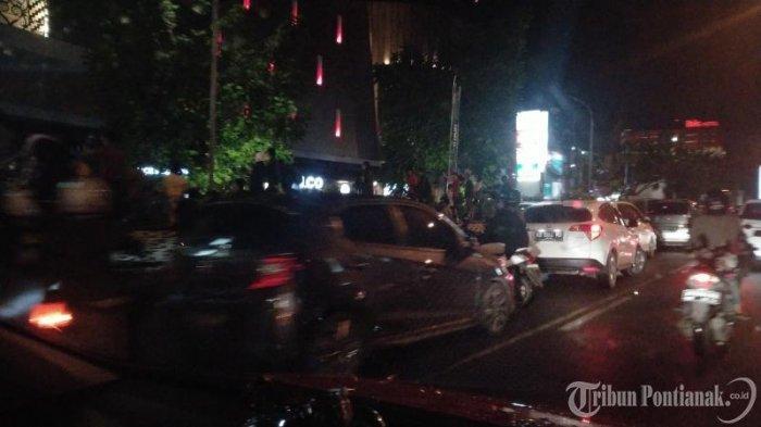FOTO: Kendaraan Parkir di Badan Jalan untuk Menonton Atraksi Naga di Jalan depan Ayani Megamall - atraksi-naga3.jpg