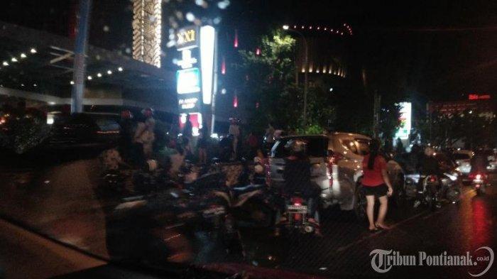 FOTO: Kendaraan Parkir di Badan Jalan untuk Menonton Atraksi Naga di Jalan depan Ayani Megamall - atraksi-naga4.jpg