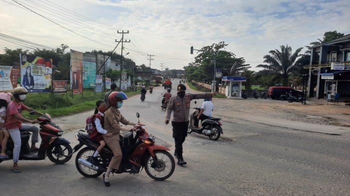 Personel Polres Melawi atur Lalu Lintas di Jalan Raya, Selasa 23 Februari 2021