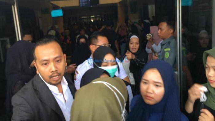 FOTO; Audrey Menangis Setelah Ikuti Sidang di Pengadilan Pontianak - audrey-sidang-01.jpg