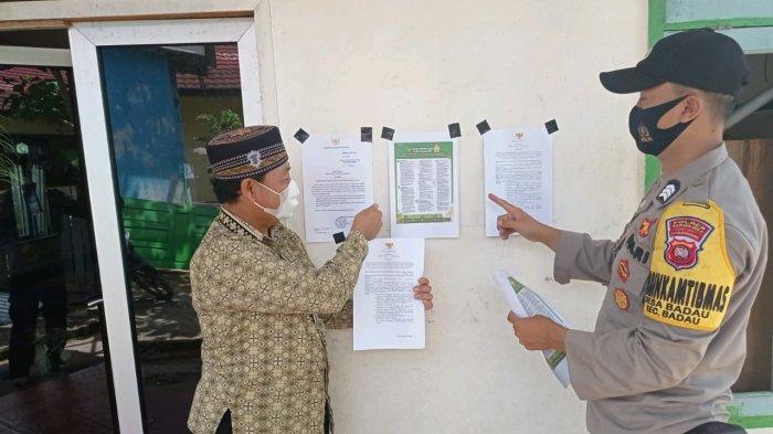 Personel Polsek Badau memasang banner, baliho, maupun pamflet yang berisi poin-poin peraturan PPKM sesuai instruksi Mendagri no. 17 tahun 2021 tentang perpanjangan PPKM berbasis mikro dan Instruksi Bupati Kapuas Hulu nomor : 367/1591/BPBD/PS-A tentang perpanjangan ppkm berbasis mikro dan mengoptimalkan posko penanganan Covid-19 di Kabupaten Kapuas Hulu, Rabu 21 Juli 2021.