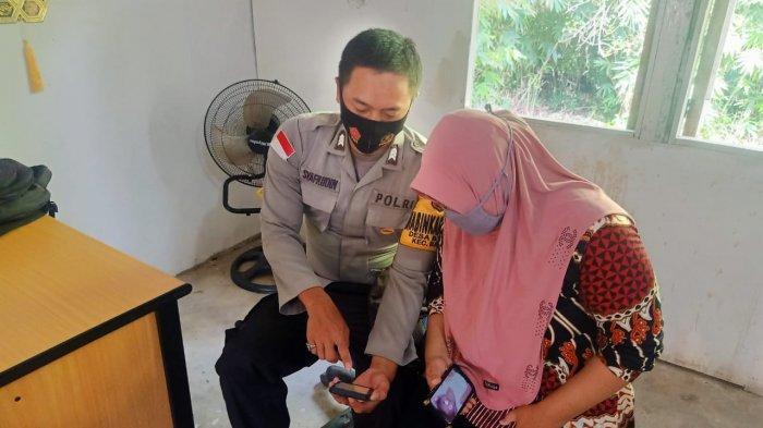 Bhabinkamtibmas Polsek Badau Sosialisasikan Aplikasi BOS V.2 kepada Warga di Desa Binaan