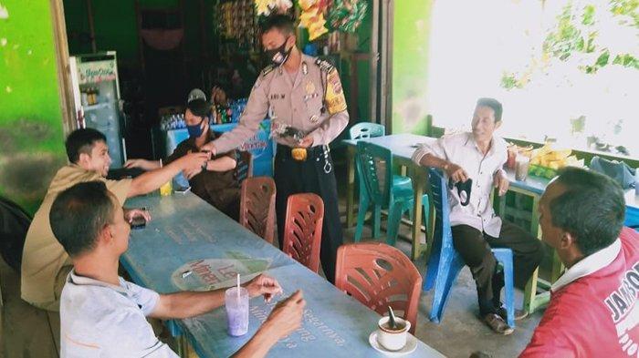 Bripka Wahyu Ari Wibowo Bagikan Masker Pada Masyarakat Desa Cempedak Sanggau