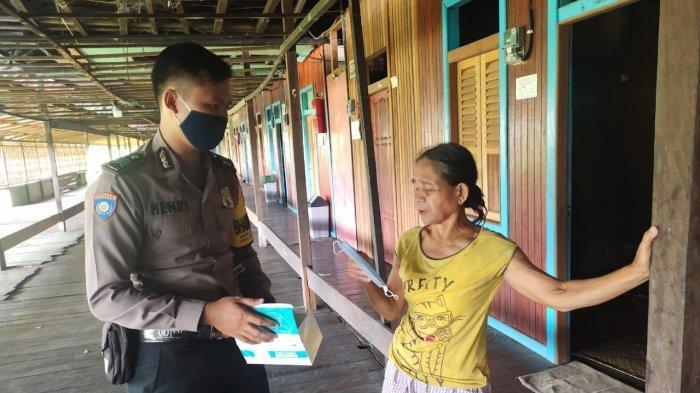 Bhabinkamtibmas Polsek Putussibau Selatan bagikan masker kepada warga