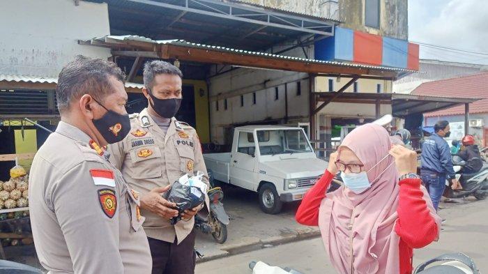 Anggota Polres Kapuas Hulu Bagikan Masker Gratis Pada Pengendara, Imbau Terapkan Protokol Kesehatan