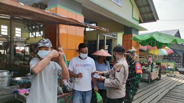 Bhabinkamtibmas Polsek Jongkong turun langsung menyambangi masyarakat dan bagikan masker di Kecamatan Jongkong, Kamis 29  Juli 2021.