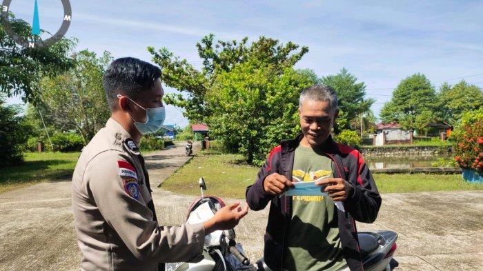 Personel Polsek Putussibau Selatan bagikan masker kepada warga, Senin 21 Juni 2021