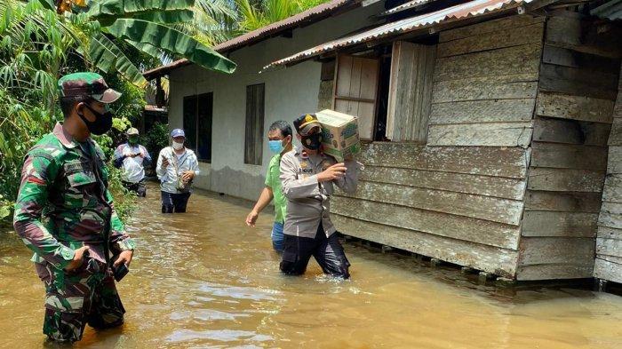 Polri Peduli, Polsek Muara Pawan Salurkan Bantuan Sembako Kepada Warga Terdampak Banjir