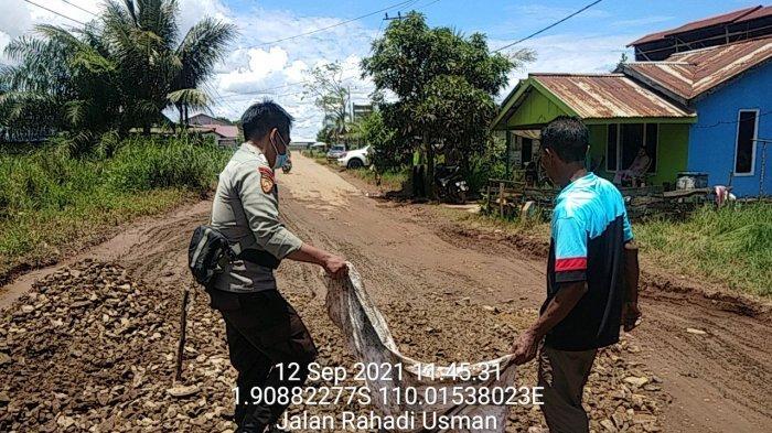 Prihatin Kondisi Jalan Rusak, Bripka Suhanadi Gotong Royong Bersama Warga Perbaiki Jalan