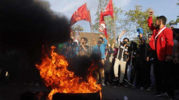 Sejumlah mahasiswa membakar ban dalam aksi damai menolak Omnibus Law di Bundaran Digulis, Jalan Ahmad Yani, Pontianak, Kalimantan Barat, Sabtu 17 Oktober 2020 sore. Ini merupakan simbol perlawanan mahasiswa dalam menolak disahkannya Undang-undang Omnibus Law.
