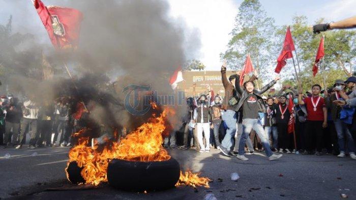 FOTO: Sejumlah Mahasiswa Bakar Ban Saat Demo Tolak UU Omnibus Law di Bundaran Digulis