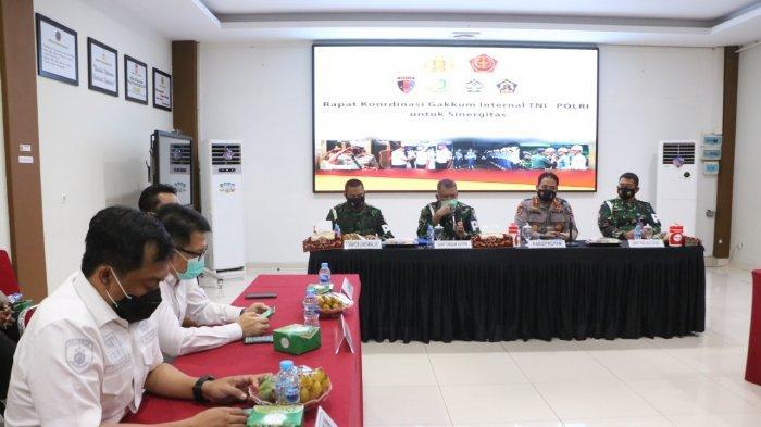Kabidpropam Polda Kalbar, Kombes Pol Bambang Tertianto, S.I.K., C.F.E. memimpin rapat Koordinasi Gakkum Internal TNI-Polri di ruang Coffe Morning, Mapolda Kalbar, Rabu 17 Maret 2021 pagi.