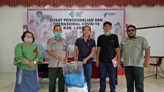 Jusua Eko Serahkan 8 Unit APD ke Pusdalops Gugus Tugas Covid-19 Kabupaten Landak