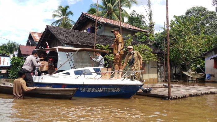 Bhabinkamtibmas dan Kepala Desa Kelakik Salurkan Bantuan untuk Korban Banjir