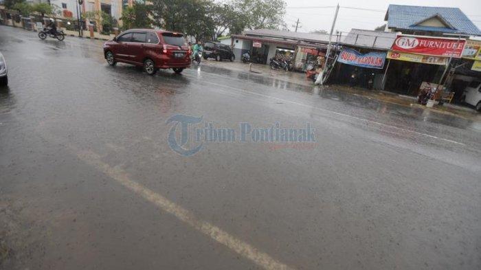 Sejumlah pengendara melintas di badan jalan yang dibanjiri air hujan di Jalan M Yamin, Pontianak, Kalimantan Barat, Sabtu (26/9/2020) sore.  Kawasan tersebut kerap digenangi air hujan dalam waktu yang cukup lama.