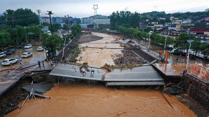Cerita Haru Korban Banjir di China Selamat dari Maut Saat Terperangkap di Dalam Kereta Api Listrik