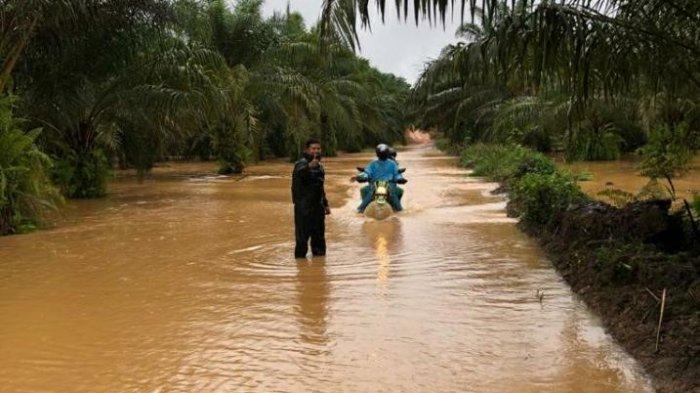 Personel Polsek Toba Lakukan Monitoring dan Pengecekan Wilayah yang Berpotensi Terjadi Banjir