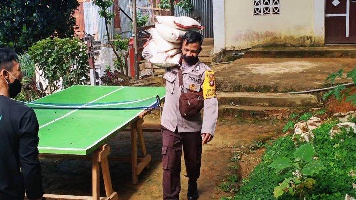 Personel Polisi pikul bantuan beras ke pondok pesantren Hidayatullah di Desa Meliau Hulu, Kecamatan Meliau, Kabupaten Sanggau, Selasa 23 Februari 2021.