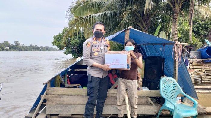 Polres Melawi Salurkan 200 Paket Sembako Bantu Warga Korban Banjir di Nanga Pinoh
