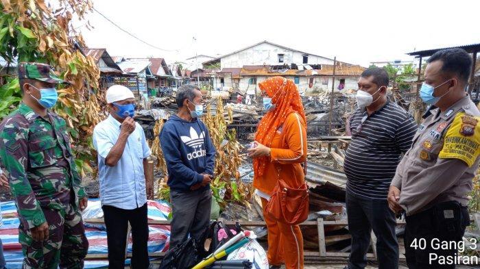 Keluarga Besar SDN 29 Singkawang Serahkan Bantuan kepada Korban Kebakaran di Kelurahan Pasiran