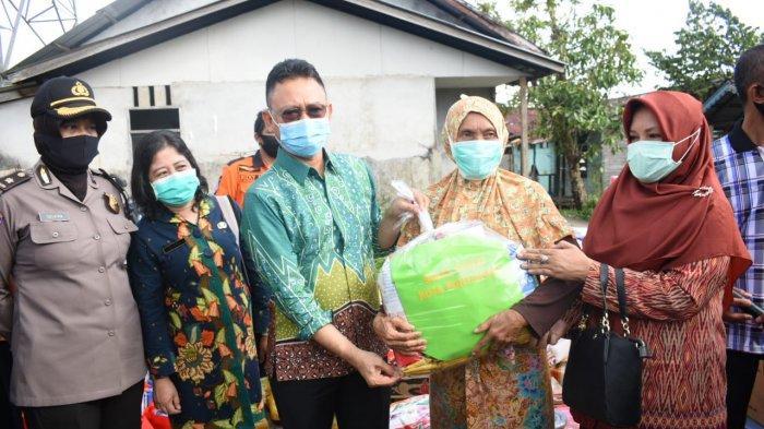 Serahkan Bantuan Korban Kebakaran di Tanjung Hilir, Ini Kata Edi Kamtono