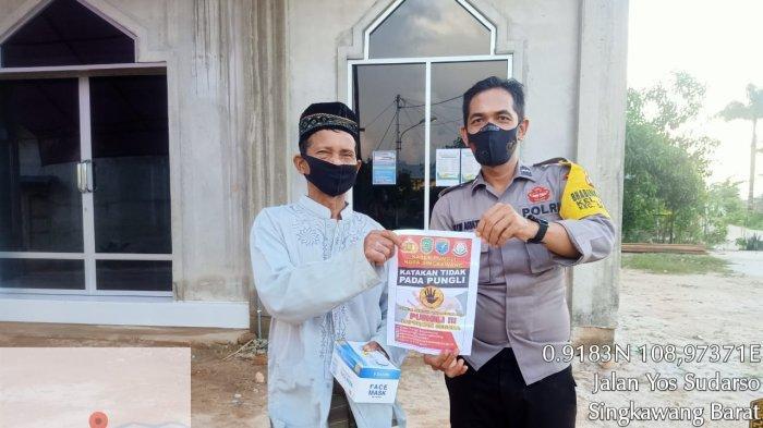 Aipda Anton Ariatna Bhabinkamtibmas kunjungi rumah warga sampaikan imbauan pungli, di Kelurahan Kuala, Senin 4 Oktober 2021.