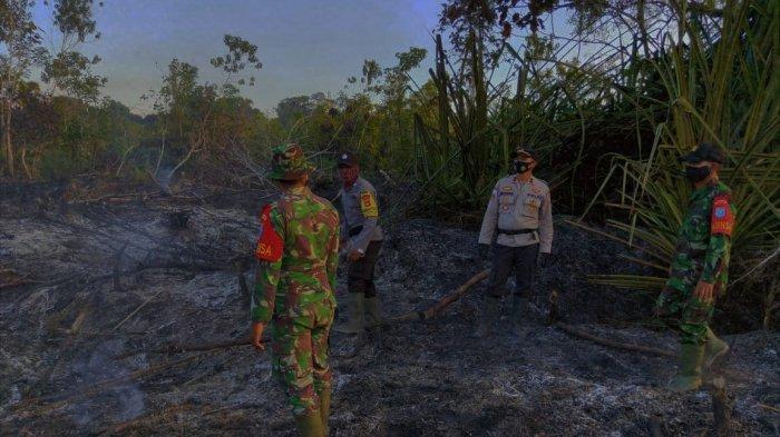 Personel Polsek Batang Lupar dan Koramil Batang Lupar Bersinergi Padamkan Api Karhutla