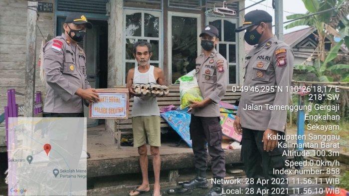 Kapolsek Sekayam Berikan Bantuan Sosial kepada Warga Kurang Mampu di Kecamatan Sekayam
