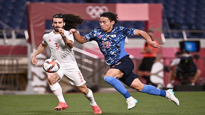Bek Spanyol Marc Cucurella (kiri) berebut bola dengan pemain depan Jepang Daichi Hayashi selama pertandingan sepak bola semifinal putra Olimpiade Tokyo 2020 antara Jepang dan Spanyol di Stadion Saitama di Saitama pada 3 Agustus 2021. Anne-Christine POUJOULAT / AFP