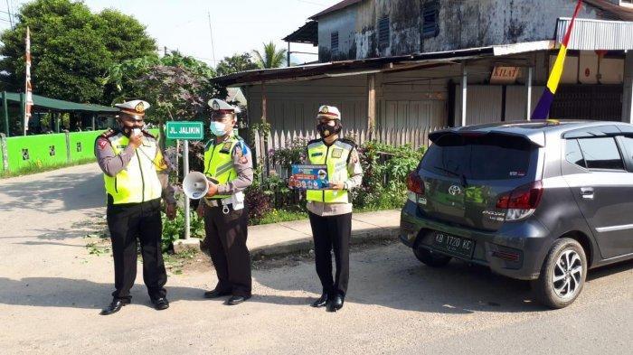 Kasat Lantas Polres Bengkayang Berikan Penerangan Keliling Kepada Pengguna Jalan