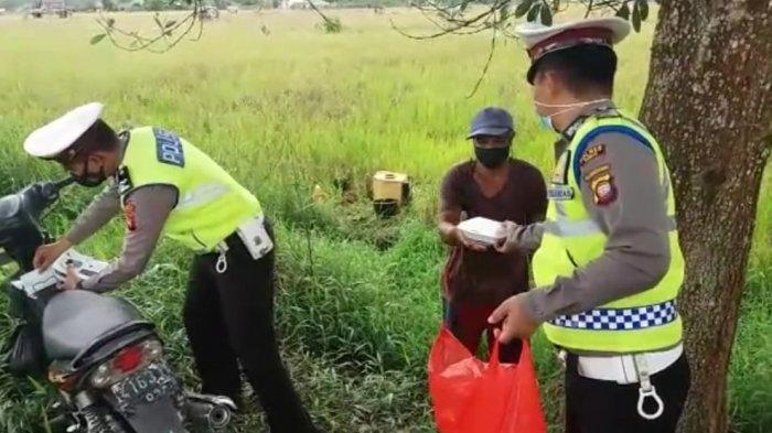 Personel Satlantas Polres Sambas Polda Kalimantan Barat melaksanakan kegiatan Bakti Sosial Jumat Berkah, pada  warga masyarakat yang ada di Kecamatan Sambas, Jumat 10 September 2021.