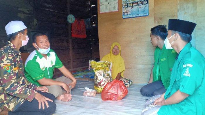 Sambut Hari Raya Idul Fitri, PC GP Ansor Ketapang Berbagi Paket Lebaran Kepada Kaum Dhuafa