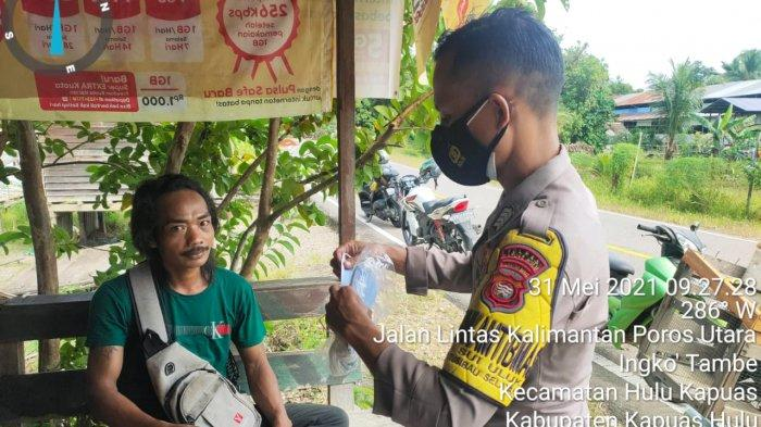 Bhabinkamtibmas Polsek Putussibau Selatan Bripka Arif Wahyudi melaksanakan kegiatan sosial membagi-bagikan masker secara gratis kepada Masyarakat guna mencegah penyebaran Covid-19, Senin 31 Mei 2021.