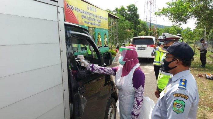 Petugas Gabungan Periksa Pengendara yang Melintas di Perbatasan Singkawang