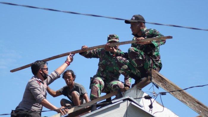 TNI - Polri Gotong Royong Bersama Warga Perbaiki Rumah Para Korban Angin Puting Beliung