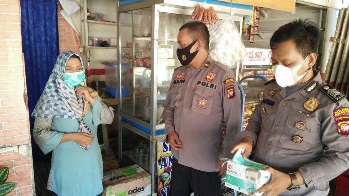 KBO Sat Binmas Polres Sekadau Ipda Joner Silalahi bagikan masker kepada warga, Senin 7 Juni 2021.